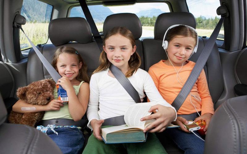 дети в такси машине